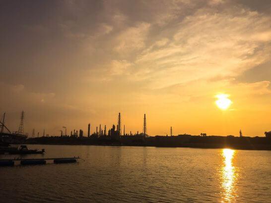 夕暮れの工業地帯