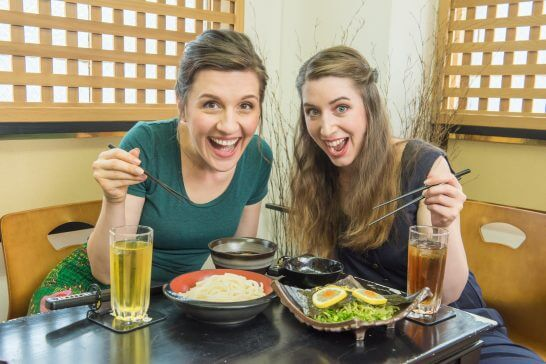 食事をする外国人観光客