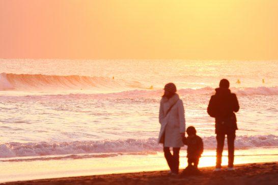 海辺を歩く親子