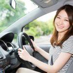 自動車を運転する女性
