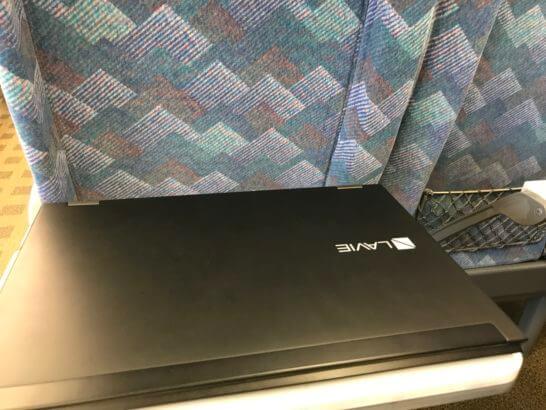 新幹線の台に乗せたNECのノートPC