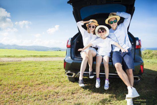 ドライブ中の家族
