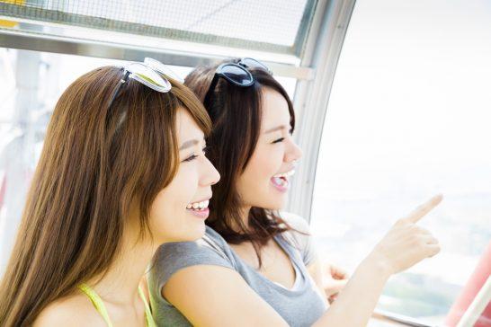 観覧車に乗る笑顔の女性