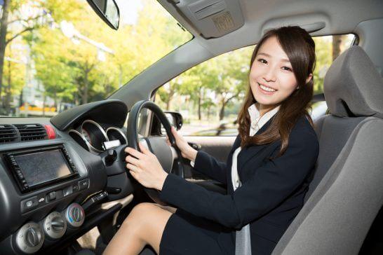 車を運転するOL