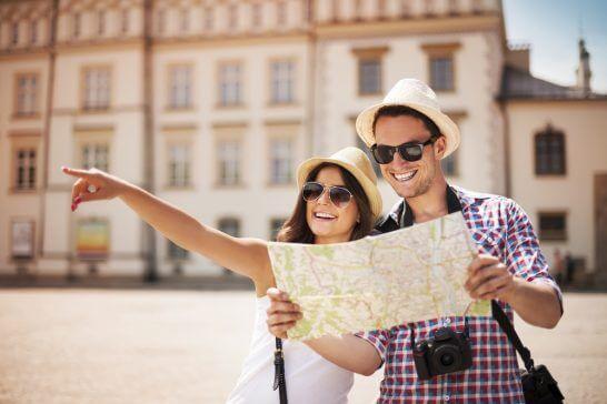 地図を広げる旅人