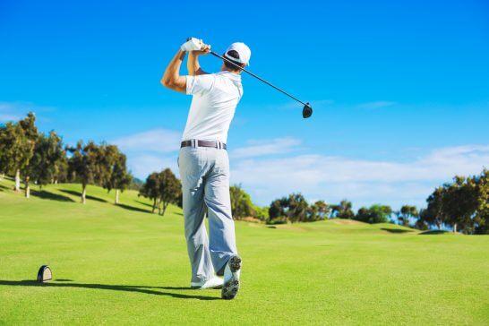 ゴルフをプレーしている男性 (3)