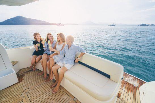 船の上で乾杯するリッチな男女