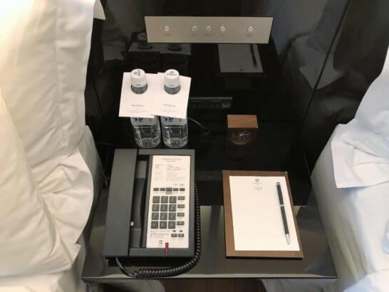 翠嵐ラグジュアリーコレクションホテル京都のベッドサイドのミネラルウォーター