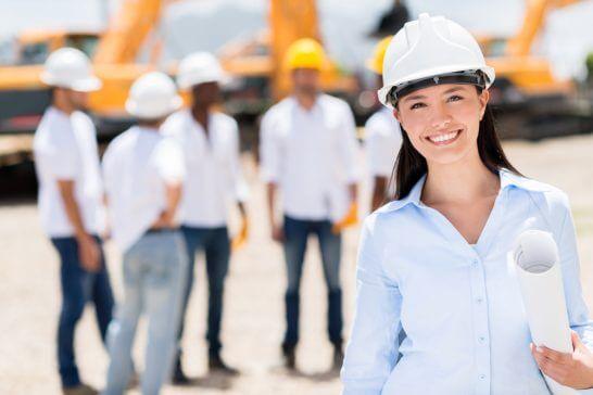 工事現場で働く笑顔の女性