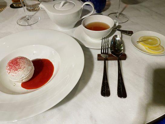 メレンゲ、ストロベリーソース、ライムの香り、紅茶
