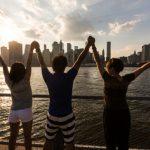 海外のニューヨークで手を合わせて広げる日本人の仲間