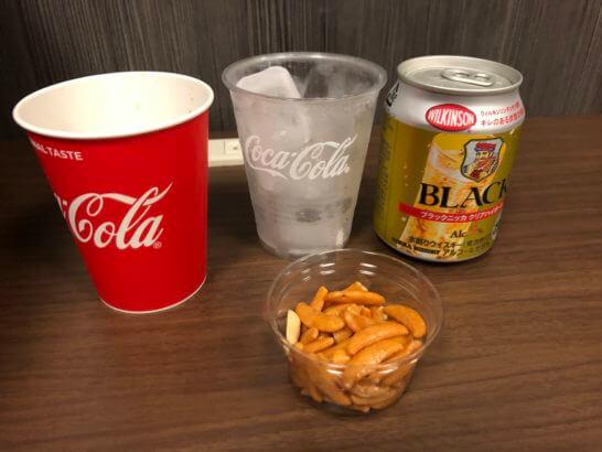 成田空港のIASS EXECUTIVE LOUNGE 2のウイスキー・柿の種・ソフトドリンク
