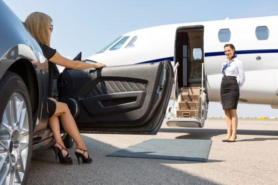 プライベートジェットに乗り込む女性