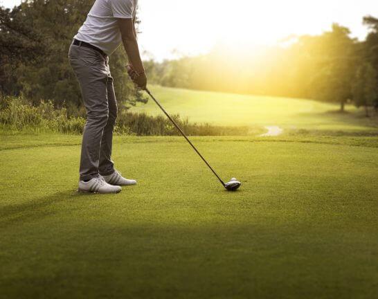 ゴルフをプレーしている男性 (2)