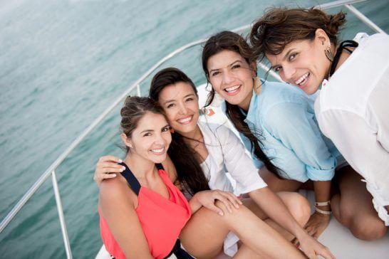ヨットに乗る4名の女性