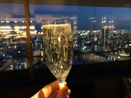 東京マリオットホテルのエグゼクティブラウンジのシャンパンと夜景