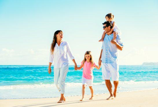 ビーチを歩く家族 (1)