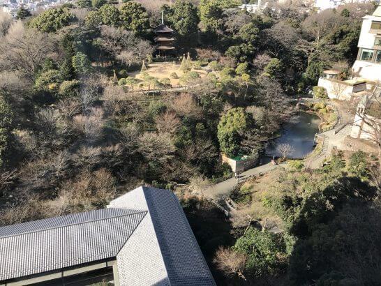椿山荘の客室の窓から見える日本庭園