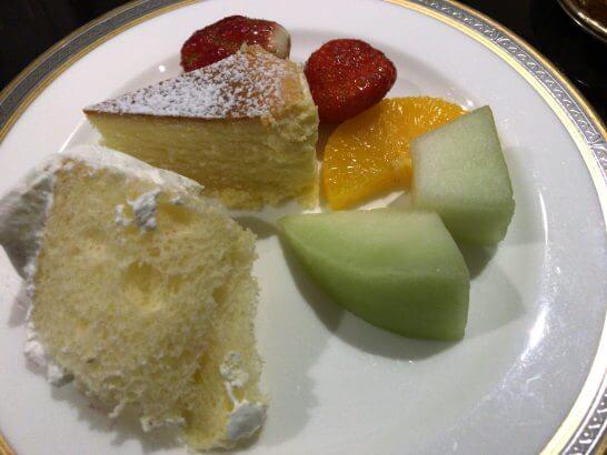 東京マリオットのエグゼクティブラウンジのメロン・いちご・チーズケーキ・シフォンケーキ