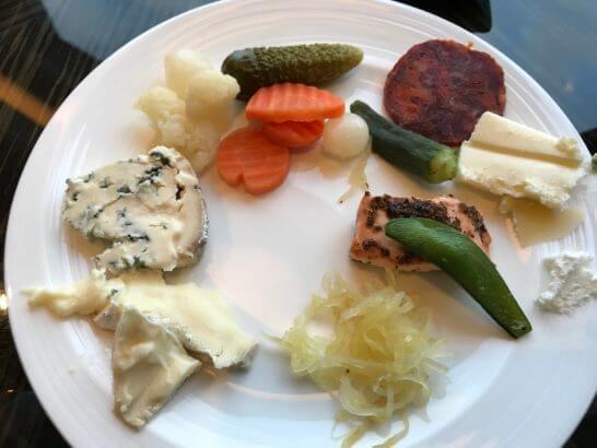シャングリ・ラ ホテル東京のホライゾンクラブラウンジのチーズ・ピクルス等
