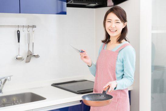 キッチン・台所で料理する女性