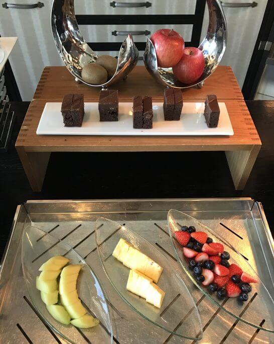 シャングリ・ラ ホテル 東京のホライゾンクラブラウンジのフルーツ・ケーキ