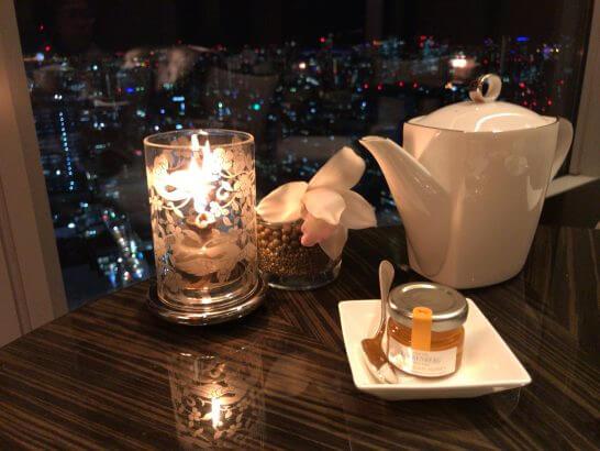シャングリラ・ホテル東京のホライゾンクラブのキャンドルとハーブティー