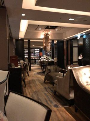 シャングリ・ラ ホテル 東京のホライゾンクラブラウンジのカクテルタイムの雰囲気