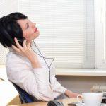 音楽を聴く女性