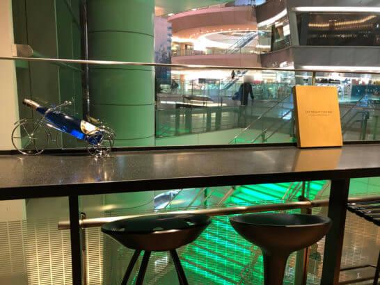 ワールドワインバー by ピーロート 羽田空港店のテーブル