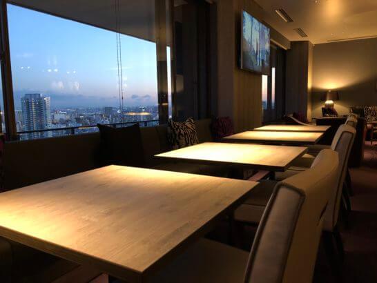 東京マリオットホテルのエグゼクティブラウンジの窓際テーブル