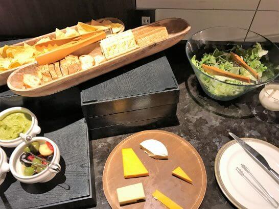 東京マリオットホテルのサラダ・バケット・チーズ類