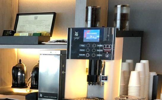 東京マリオットホテルのエグゼクティブラウンジのコーヒーマシン