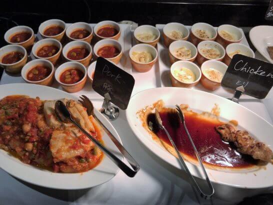 東京マリオットのカクテルタイムの豚料理・鳥料理など