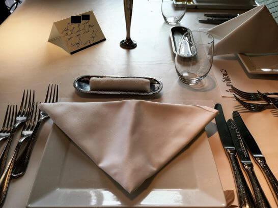 イル ピノーロ 梅田店のテーブル