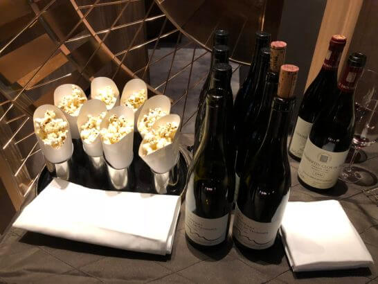 ラグジュアリー ソーシャルアワー用のポップコーンと赤ワイン