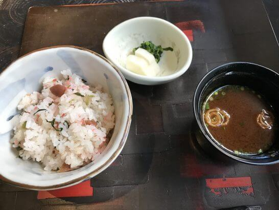 帝国ホテル東京の讃アプローズの炊き込みご飯・香の物・赤出し