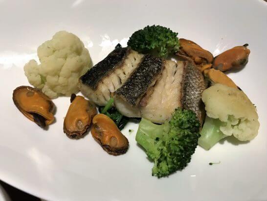 ヒルトン東京お台場のエグゼクティブラウンジで注文したルームサービスのお魚