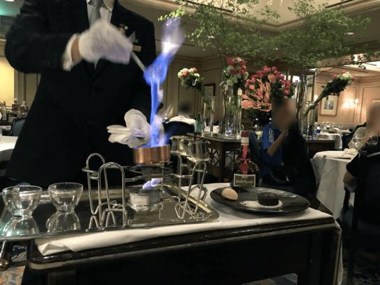 椿山荘のイル・テアトロのフォンダンショコラの焼き上げ