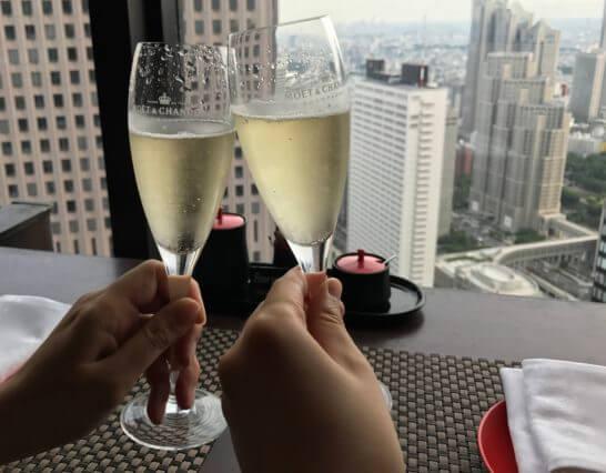 ダイニングダイニングの株主優待のシャンパンで乾杯