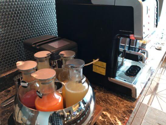 ザ・プリンスギャラリー 東京紀尾井町のクラブラウンジのフレッシュジュース、コーヒーマシン