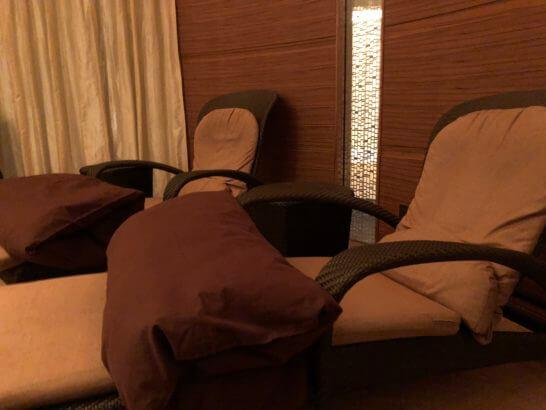 コンラッド東京のSPA美月のリラクゼーションルームのベッド