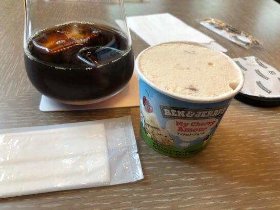 ダイナースクラブ 銀座 プレミアムラウンジのアイスコーヒーとベン&ジェリーズのアイス