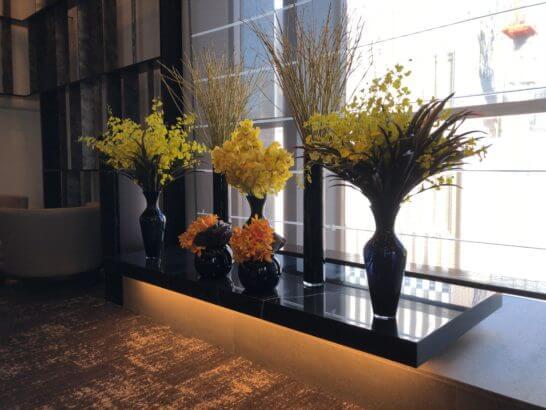 ダイナースクラブ 銀座プレミアムラウンジの花と窓