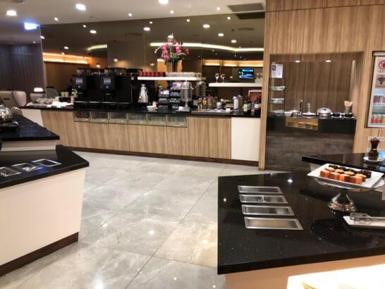 シンガポール・チャンギ国際空港のPlaza Premium Loungeのフードコーナー