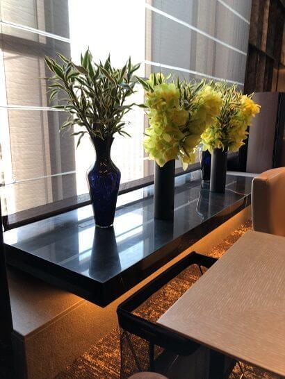 ダイナースクラブ銀座プレミアムラウンジの窓際の花