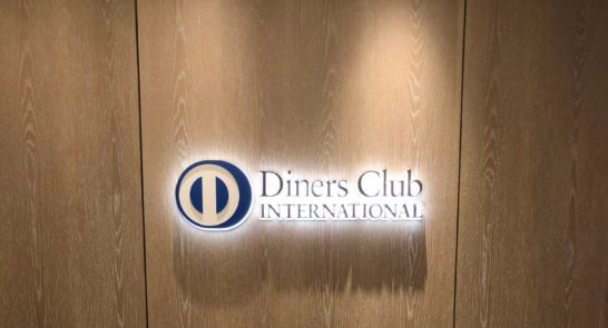ダイナースクラブ 銀座プレミアムラウンジの入り口のダイナースのロゴ