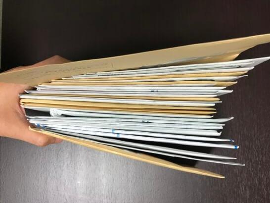 封筒・郵便物の山