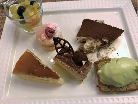 椿山荘のイル・テアトロのデザート盛り合わせ