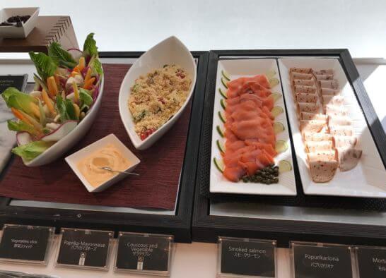 オアシスの朝食の野菜スティック、サラダタブレ、スモークサーモン、パプリカリオナ、サラミ